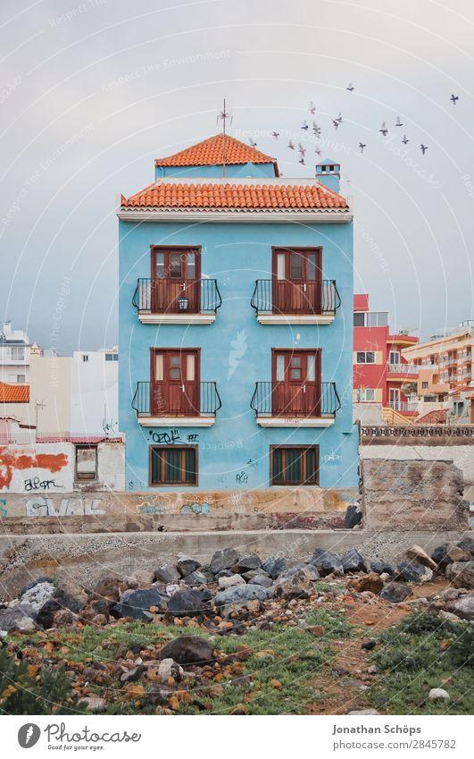 Blaue Hausfassade in Puerto de la Cruz, Teneriffa Menschenleer Kleinstadt Stadt Stadtzentrum Stadtrand Altstadt bevölkert Einfamilienhaus Fassade Fenster