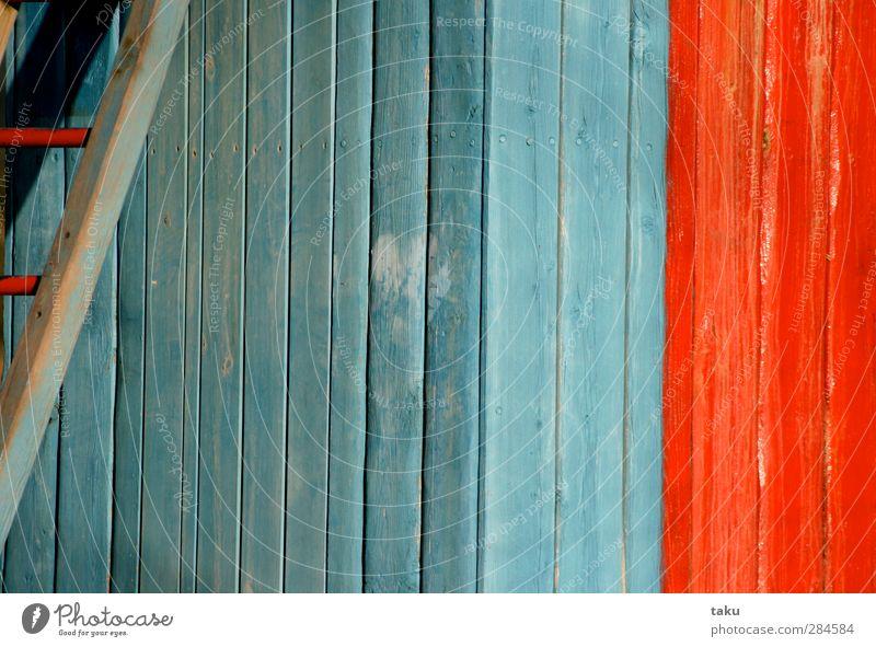 ...PAINT... Kunst Gemälde Architektur Mauer Wand Treppe Holz Linie Streifen einfach blau rot Design Farbfoto mehrfarbig Außenaufnahme Nahaufnahme Menschenleer
