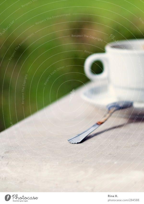 Kaffeepause II Tasse Löffel Schönes Wetter authentisch Pause Farbfoto Außenaufnahme Menschenleer Schwache Tiefenschärfe