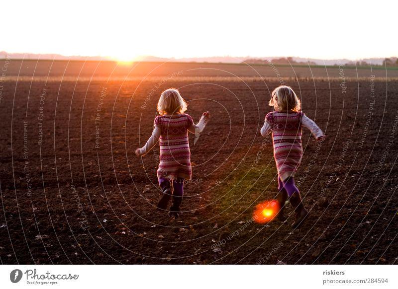 run away together Mensch feminin Kind Kleinkind Mädchen Geschwister Schwester 2 1-3 Jahre 3-8 Jahre Kindheit Umwelt Sonne Sonnenaufgang Sonnenuntergang