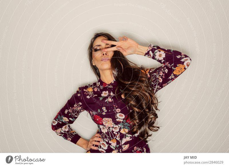 schöne Frau mit Friedenszeichen über dem Auge mit cooler Geste Stil Freude Glück Zufriedenheit Erfolg Mensch feminin Erwachsene Hand 1 30-45 Jahre Kleid