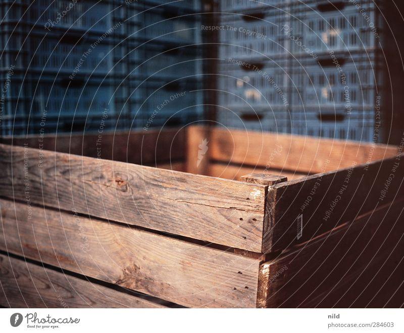Holzkiste Kiste Kunststoff eckig blau braun Kasten Stapel Plastikkiste aufbewahren Holzbrett Gegenteil Farbfoto Außenaufnahme Nahaufnahme Textfreiraum oben Tag