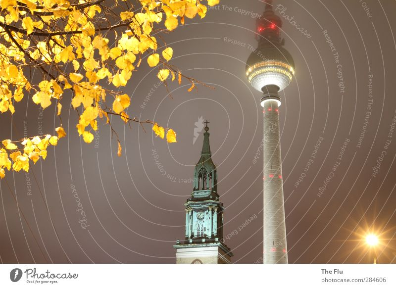 Dreifaltigkeit am Alexanderplatz Stadt gelb kalt Berlin Architektur grau Gebäude Deutschland glänzend modern Kirche Telekommunikation Turm Technik & Technologie Bauwerk Wahrzeichen