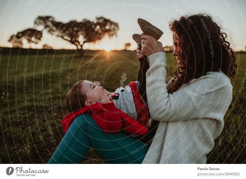 Frau Kind Mensch Natur Jugendliche rot Freude Mädchen 18-30 Jahre Lifestyle Erwachsene Umwelt Liebe lachen Feste & Feiern Zusammensein