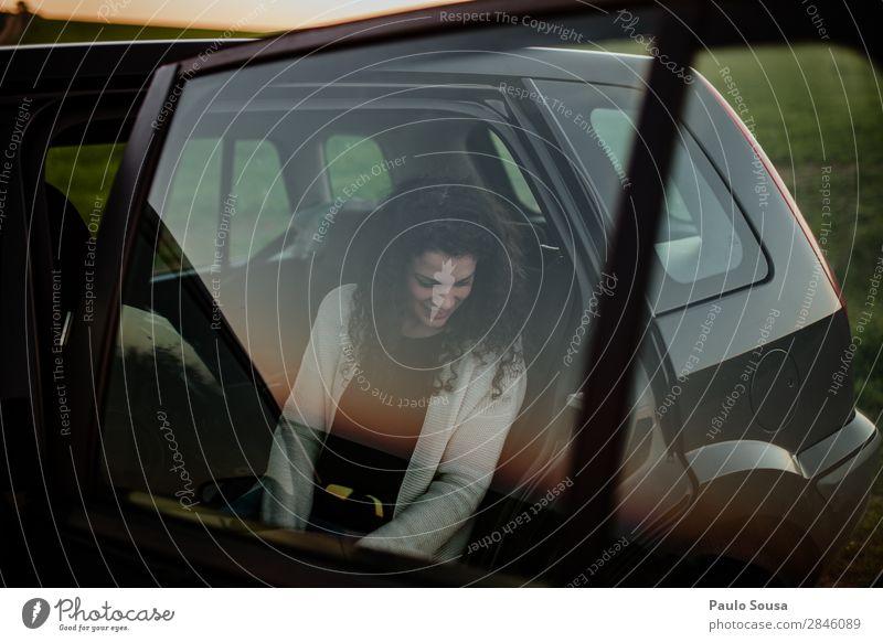 Frau im Auto Lifestyle Ferien & Urlaub & Reisen Tourismus Ausflug Mensch Erwachsene 1 18-30 Jahre Jugendliche Verkehr Fahrzeug PKW beobachten Bewegung Denken