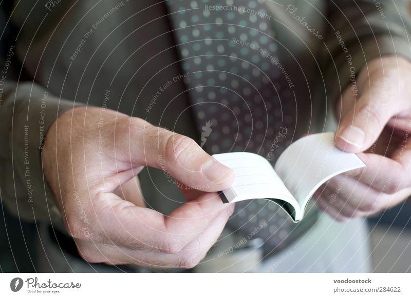 Mann liest winziges Taschen-Notizbuch lesen Erwachsene Körper Hand Finger 1 Mensch 30-45 Jahre Buch klein grün weiß leer Geschäftsmann Notebook Page forschen