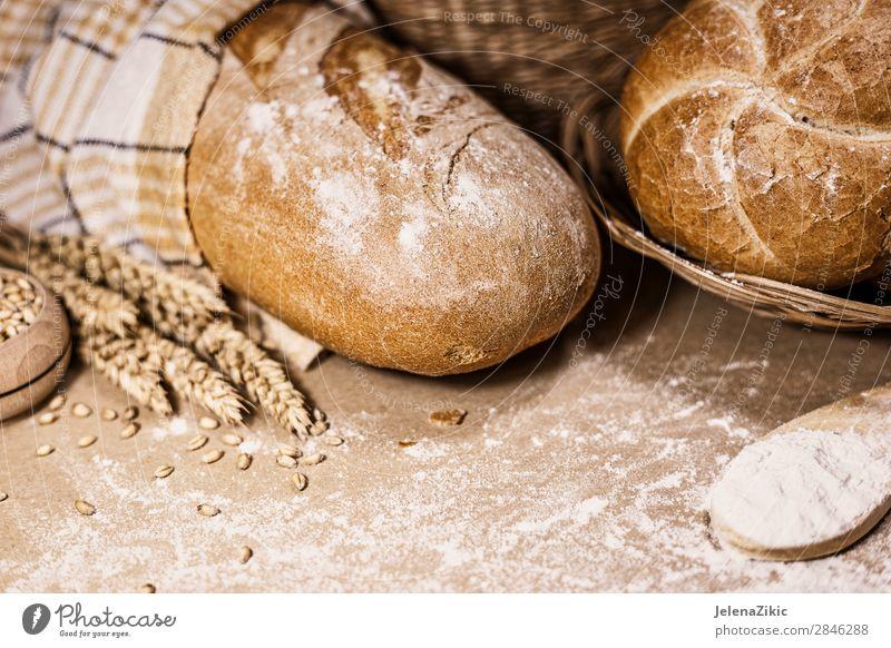 Frisch gebackenes Brot, Weizen und Mehl auf rustikalem Hintergrund Lebensmittel Teigwaren Backwaren Ernährung Essen Frühstück Mittagessen Abendessen Büffet