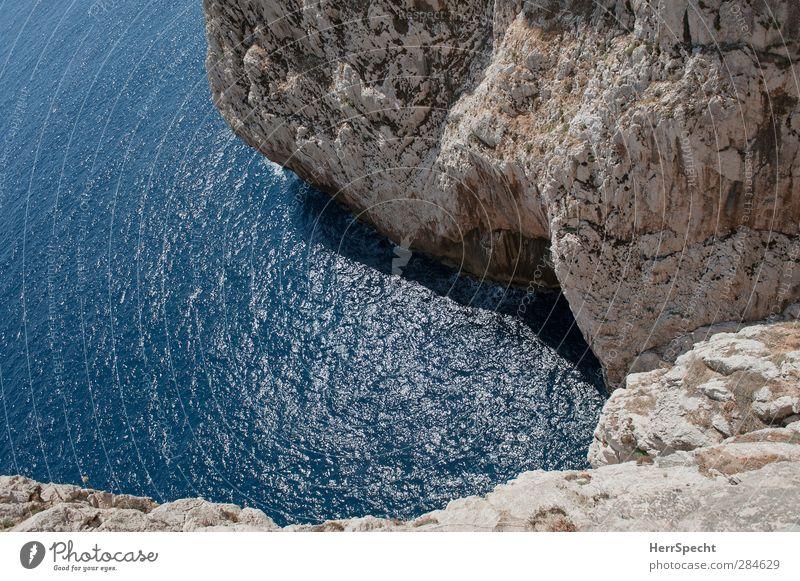 Spring doch! Sommer Meer Küste grau Felsen Wellen Angst gefährlich Schönes Wetter Italien tief Bucht Höhenangst Mittelmeer Schlucht Respekt