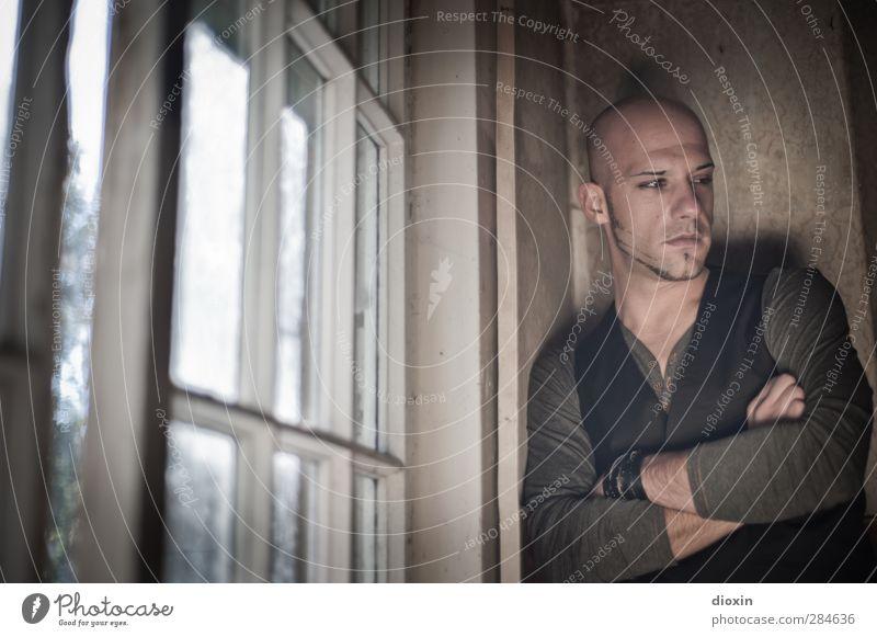 the future is unwritten Mensch Mann Jugendliche Einsamkeit Erwachsene Fenster Wand Mauer Traurigkeit Junger Mann 18-30 Jahre maskulin warten nachdenklich stehen