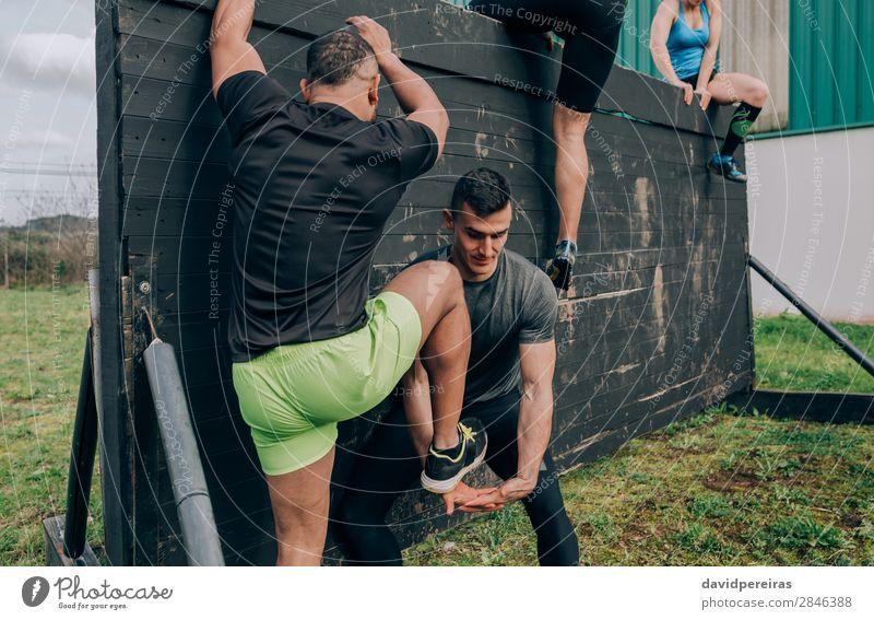 Teilnehmer des Hindernisparcours Kletterwand Sport Klettern Bergsteigen Mensch Frau Erwachsene Mann Hand Fuß Menschengruppe authentisch stark schwarz anstrengen