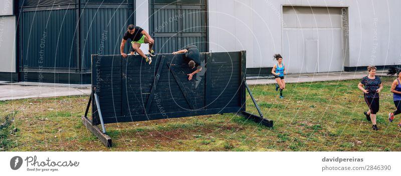 Teilnehmer am Hindernislauf und an der Kletterwand Lifestyle Sport Klettern Bergsteigen Internet Mensch Frau Erwachsene Mann Menschengruppe springen authentisch