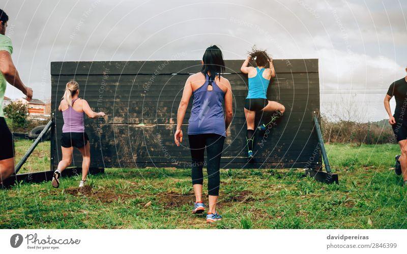 Teilnehmer des Hindernisparcours Kletterwand Lifestyle Sport Klettern Bergsteigen Mensch Frau Erwachsene Mann Menschengruppe springen authentisch stark
