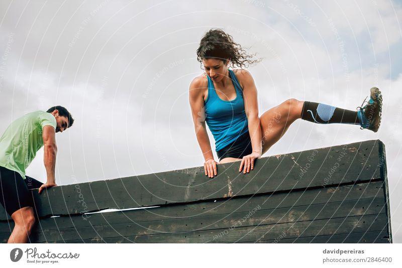 Teilnehmer des Hindernisparcours Kletterwand Lifestyle Sport Klettern Bergsteigen Mensch Frau Erwachsene Mann authentisch stark anstrengen Energie Konkurrenz