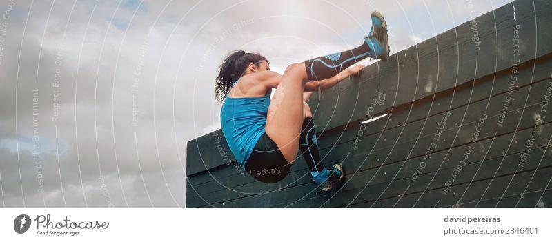 Teilnehmer am Hindernisparcours Kletterwand Lifestyle Sport Klettern Bergsteigen Internet Mensch Frau Erwachsene Turnschuh stark anstrengen Energie Konkurrenz