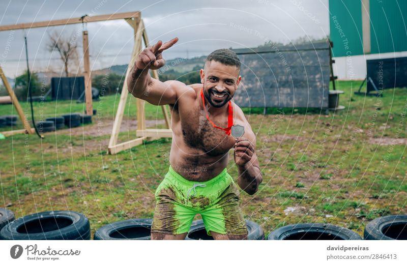 Mensch Mann Hand schwarz Erwachsene Sport Glück Feste & Feiern Lächeln Erfolg authentisch stark zeigen muskulös horizontal Konkurrenz