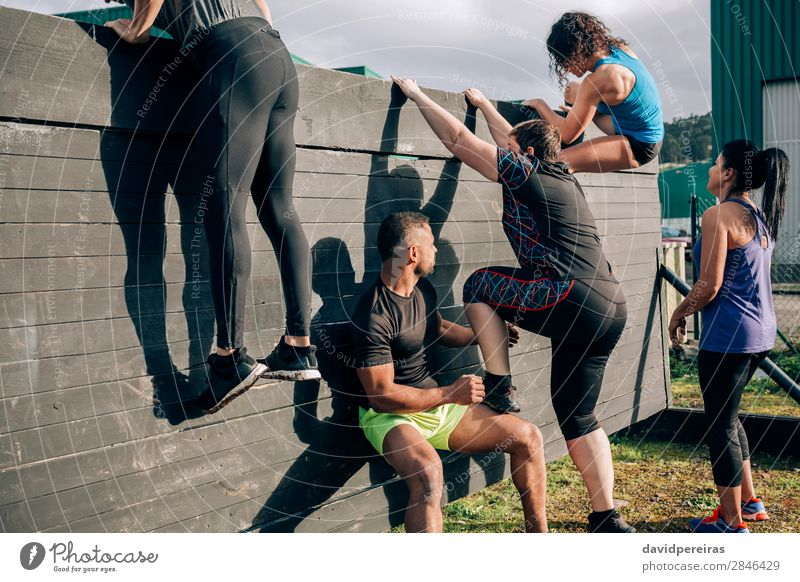 Teilnehmer des Hindernisparcours Kletterwand Lifestyle Sport Klettern Bergsteigen Mensch Frau Erwachsene Mann Menschengruppe authentisch schwarz anstrengen