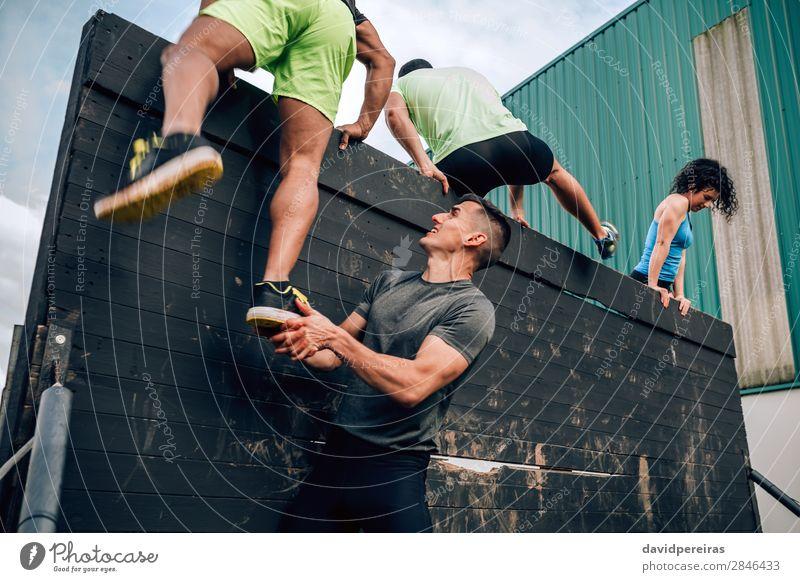 Frau Mensch Mann schwarz Erwachsene Sport Fuß Menschengruppe Aktion authentisch Klettern stark Teamwork anstrengen Bergsteigen horizontal