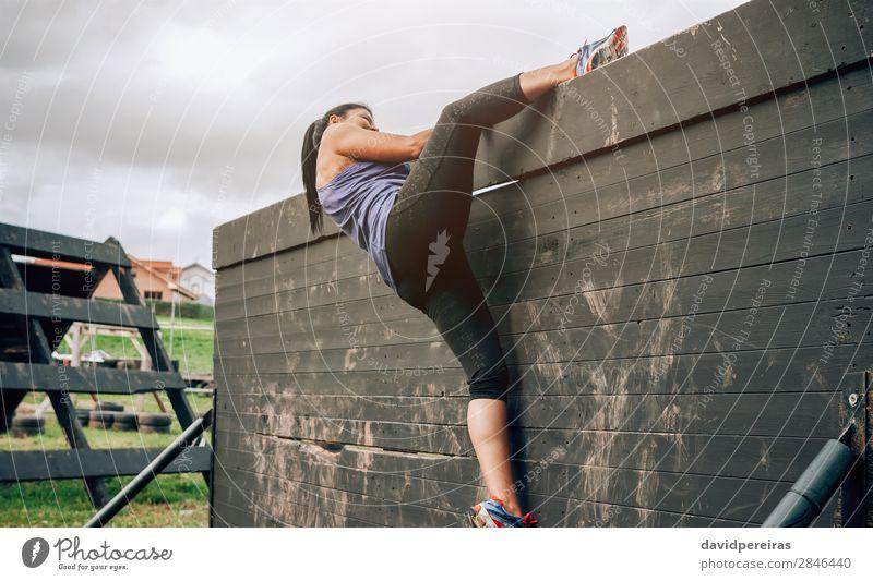 Teilnehmer am Hindernisparcours Kletterwand Lifestyle Sport Klettern Bergsteigen Mensch Frau Erwachsene Turnschuh authentisch stark Einsamkeit anstrengen