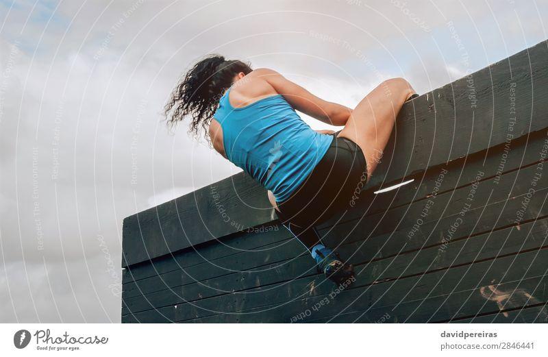Teilnehmer am Hindernisparcours Kletterwand Lifestyle Sport Klettern Bergsteigen Mensch Frau Erwachsene Turnschuh authentisch stark anstrengen Energie