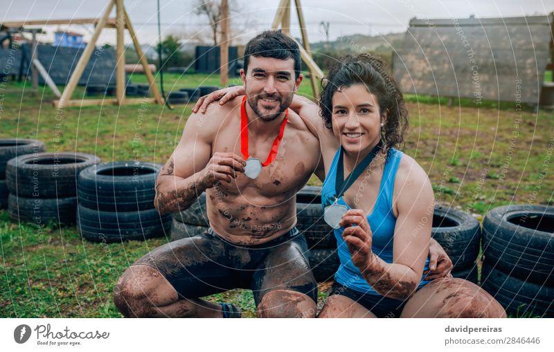 Athleten mit Medaillen nach dem Rennen Glück Spielen Feste & Feiern Sport Preisverleihung Erfolg Mensch Frau Erwachsene Mann Paar Hand Lächeln authentisch