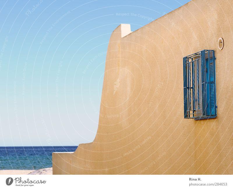 Strandurlaub Ferien & Urlaub & Reisen Sommerurlaub Meer Natur Wolkenloser Himmel Schönes Wetter Haus Mauer Wand Fenster einfach hell Wärme blau gelb Gitter