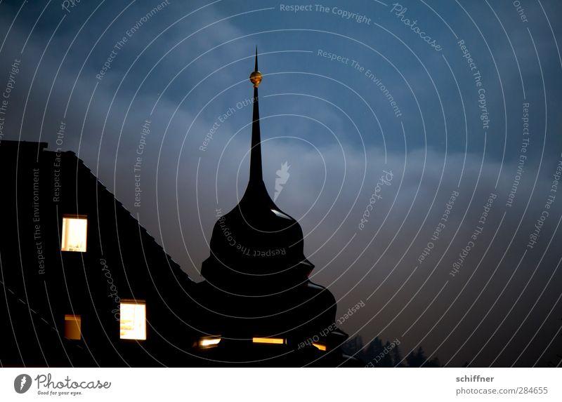 Pickelhaube Haus Traumhaus Bauwerk Gebäude Architektur Dach dunkel Denkmalschutz einzigartig Nachthimmel Nachtruhe Autofenster Licht Lichtschein Wohnung
