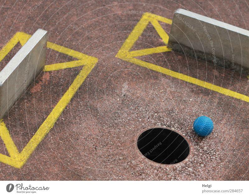Sommerfreuden... Freizeit & Hobby Spielen Minigolf Barriere Ball Loch einlochen Beton Metall Kunststoff Zeichen liegen warten ästhetisch authentisch eckig rund