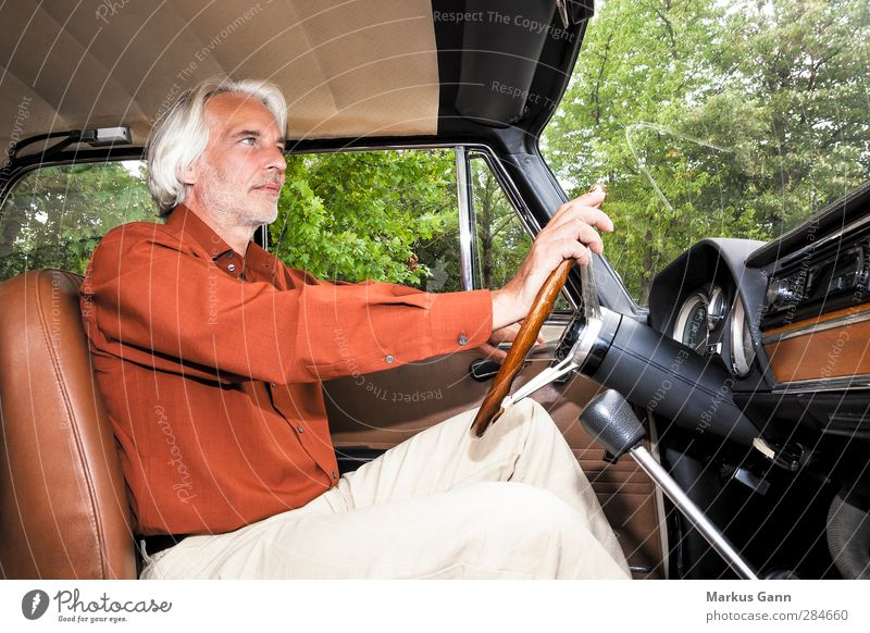 Oldtimer fahren Mensch Mann grün Erwachsene Stil PKW braun orange maskulin elegant Lifestyle Männlicher Senior Bart Fahrzeug Autofahren