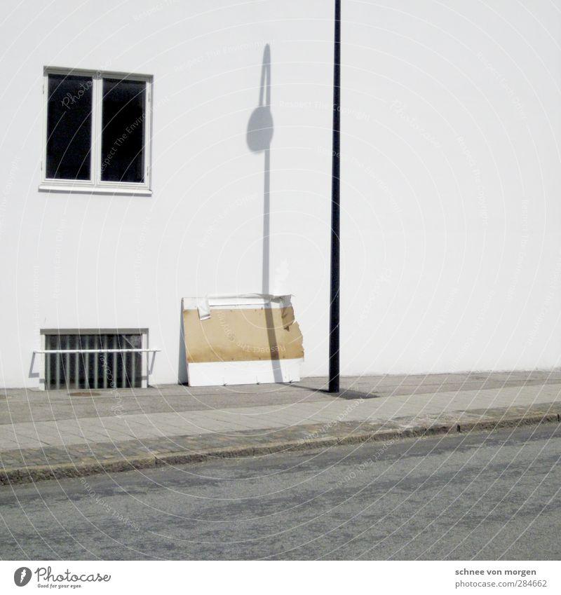 licht & schatten Stadt schön Haus Fenster Straße Wand Wege & Pfade Mauer Fassade ästhetisch Industrieanlage Verkehrsschild Verkehrszeichen