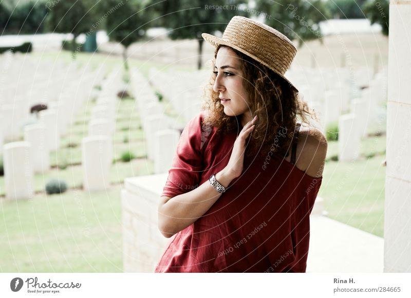 Hier sind sie geblieben... II 1 Mensch Denkmal T-Shirt Armbanduhr Hut Haare & Frisuren brünett langhaarig Locken Blick sitzen authentisch schön Gefühle Ehre