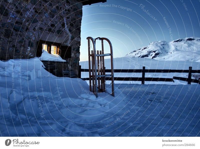 Schneepause Landschaft Himmel Wolkenloser Himmel Winter Alpen Berge u. Gebirge Gipfel Schneebedeckte Gipfel Haus Hütte Mauer Wand Fenster Schlitten blau