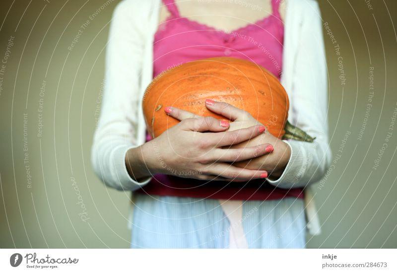 Halloween [ FARBSCHAUDER ] Mensch Jugendliche Hand Freude feminin Leben Gefühle Stil Körper rosa orange Kindheit Lebensmittel Freizeit & Hobby groß Wachstum