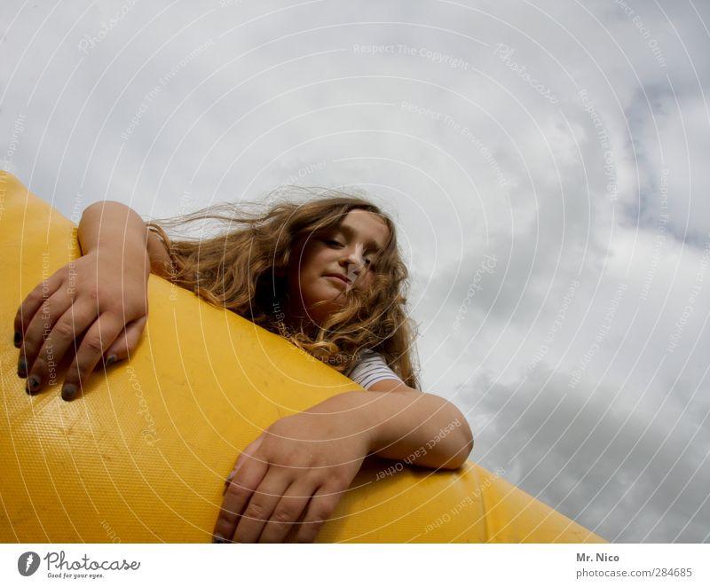 hang loose Freizeit & Hobby Mädchen Gesicht Arme Hand 1 Mensch 8-13 Jahre Kind Kindheit Himmel Wolken brünett langhaarig frech Neugier abhängen Coolness