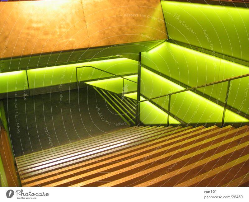 stairways to hell Treppenhaus grün Licht Architektur Beleuchtung Geländer
