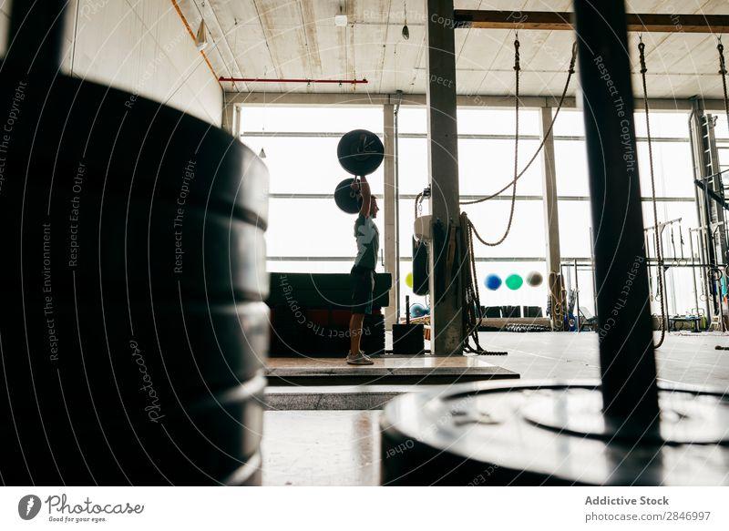 Anonymer Mann beim Anheben der Langhantel Sporthalle Curl-Hantel schwer Kraft Training muskulös Energie maskulin Sportbekleidung Gewichtheben Bodybuilding