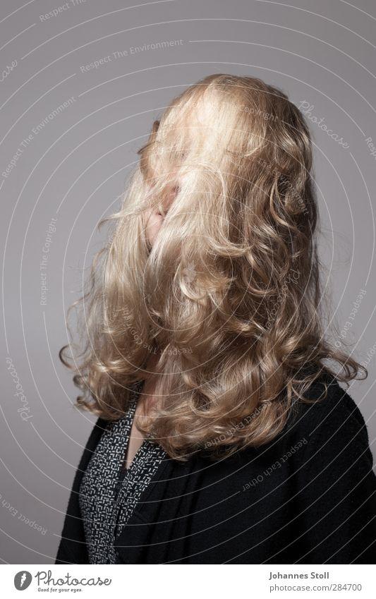 Haare Krishna II schön feminin Junge Frau Jugendliche Haare & Frisuren 1 Mensch 18-30 Jahre Erwachsene blond langhaarig Locken wild Farbfoto Studioaufnahme