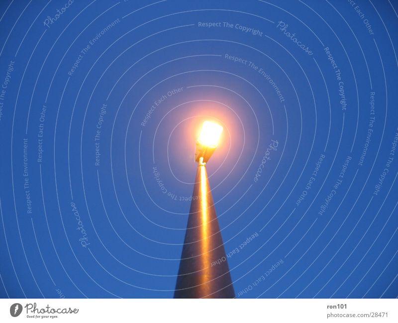 künstliche sonne Laterne Licht Lampe Stab Straßenbeleuchtung Architektur blau Himmel Beleuchtung