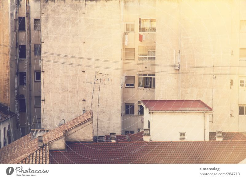 walls Stadt Haus Fenster Leben Gebäude Fassade dreckig Armut Hochhaus Häusliches Leben Perspektive trist Dach Kabel einzigartig trocken