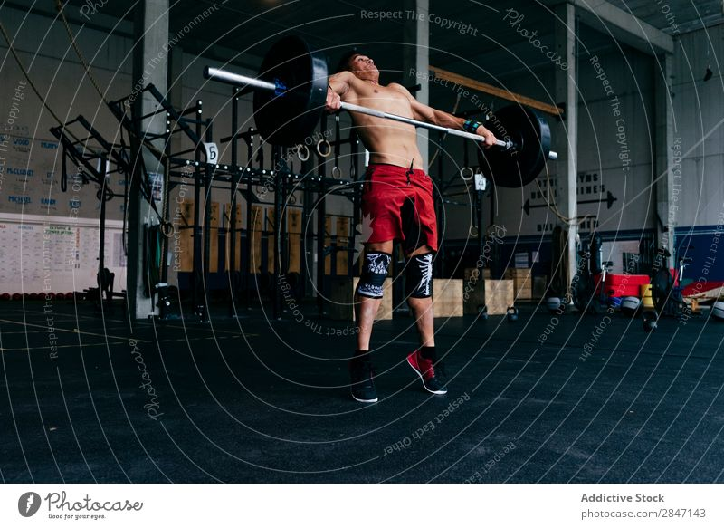 Sportler mit schwerer Langhantel n Fitnessstudio Gewichte Training heben muskulös Gewichtheben beenden Tropfen üben ohne Hemd Muskulatur Bodybuilding