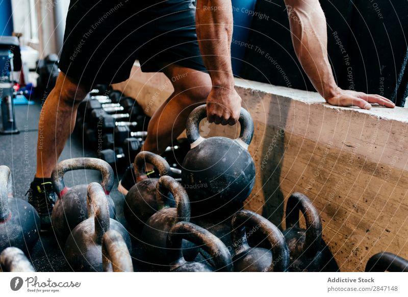 Getreidemann hebt Gewicht an Sportler Kettlebell heben Bodybuilder Training Fitness Muskulatur Bodybuilding Athlet Sporthalle muskulös sportlich Kraft Ausdauer