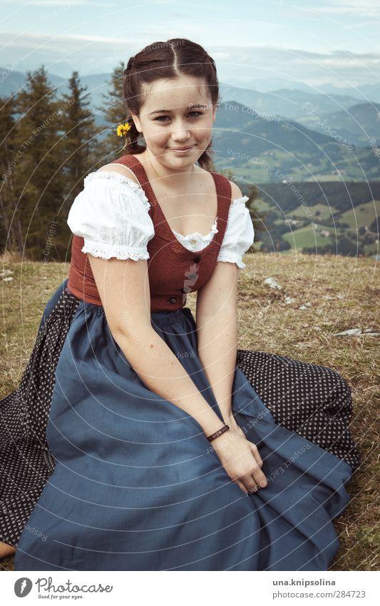 Die Unschuld vom Lande Mädchen Junge Frau Jugendliche 1 Mensch 13-18 Jahre Kind Natur Landschaft Wiese Alpen Berge u. Gebirge Gipfel Kleid Trachtenkleid brünett