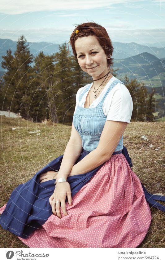 Resi, i hol di mit mei'm Traktor ab Junge Frau Jugendliche 1 Mensch 13-18 Jahre Kind Umwelt Landschaft Wiese Alpen Berge u. Gebirge Gipfel Mode Kleid