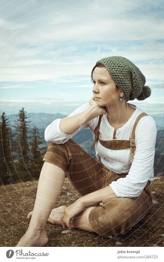Una Seppolina Mensch feminin Junge Frau Jugendliche 1 18-30 Jahre Erwachsene Umwelt Natur Landschaft Berge u. Gebirge Gipfel Krachlederne Tracht Mütze Denken