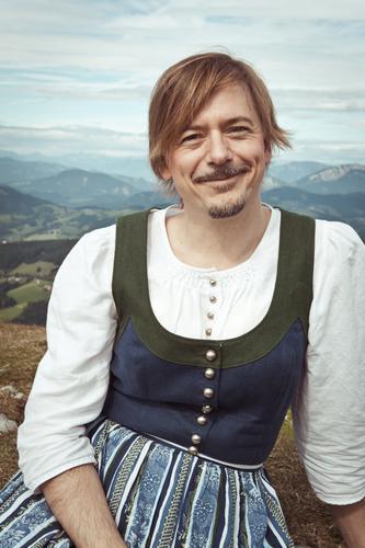 Auf der Alm da gibt's koa Sünd Mann Erwachsene 1 Mensch 30-45 Jahre Umwelt Natur Landschaft Wiese Alpen Berge u. Gebirge Gipfel Kleid Trachtenkleid blond Bart