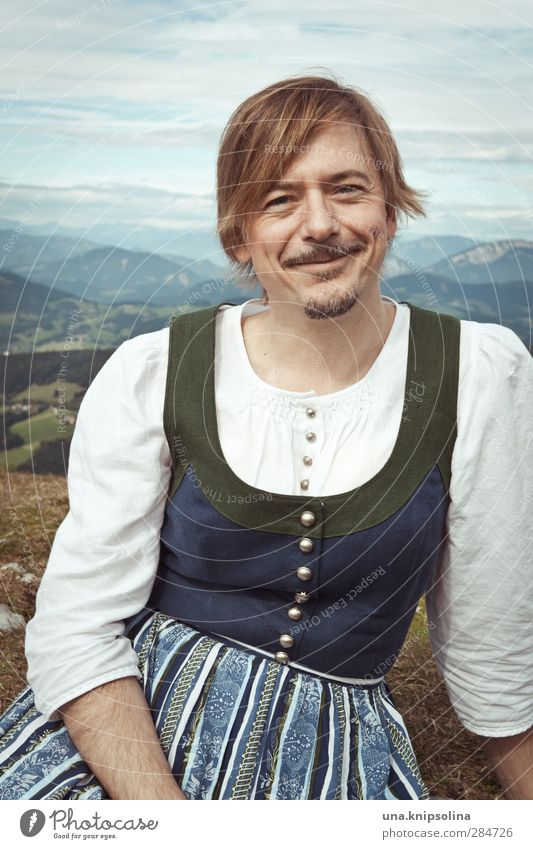 Auf der Alm da gibt's koa Sünd Mensch Natur Mann schön Landschaft Erwachsene Umwelt Wiese Berge u. Gebirge außergewöhnlich blond sitzen authentisch wandern Idylle Lächeln