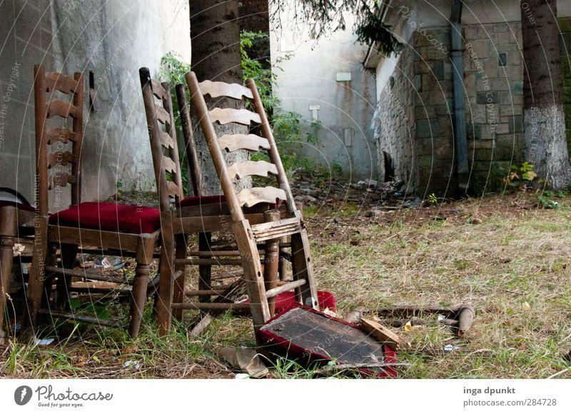 Zusammenfallen Dorf Menschenleer Haus Hütte Bauwerk Gebäude Mauer Wand Ruine Möbel Stuhl alt dunkel kaputt verfallen Verfall Sperrmüll Farbfoto Außenaufnahme