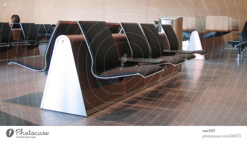 ... waiting ... ..... ..... schwarz braun warten sitzen Stuhl Sitzgelegenheit Sessel Wartesaal