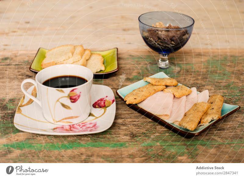Tisch mit Kaffee und Frühstücksnahrung Snack Schinken Biskuit Brot Toastbrot Lebensmittel Tasse außergewöhnlich Sortiment trinken Mahlzeit süß frisch lecker