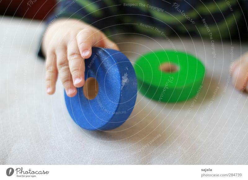 runde sache Spielen Mensch Baby Kleinkind Hand Finger 1 Holz festhalten blau grün Freude Zufriedenheit Holzspielzeug Runde Sache rollen hinstellen Loch Farbfoto