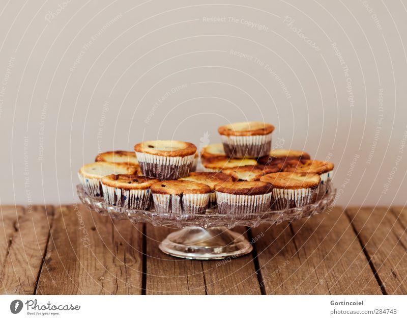 Kuchen Lebensmittel Teigwaren Backwaren Dessert Süßwaren Ernährung Kaffeetrinken lecker süß Muffin Tortenplatte Etagere Törtchen Holztisch Foodfotografie